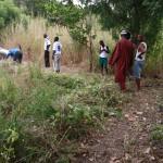 Dorfbewohner bei der Säuberung des Geländes
